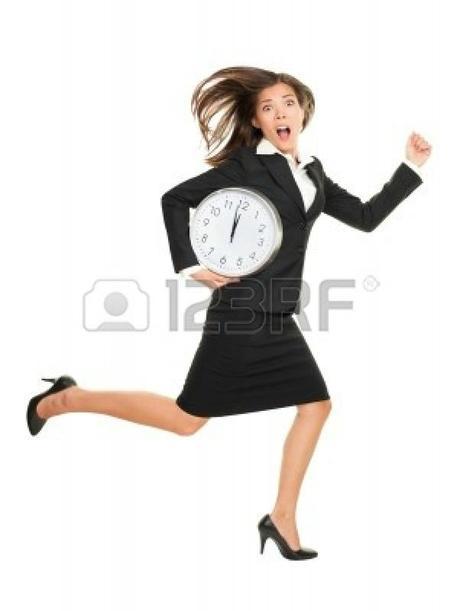 12288404-stress--femme-d-39-affaires-en-retard-avec-l-39-horloge-sous-le-bras-concept-photo-d-39-affaires-ave