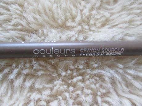 J'ai enfin trouvé un crayon à sourcils adapté à mes poils très cendrés. Je voyais régulièrement des crayons blonds foncés dorés mais rarement cendrés, c'est chose faite !  Crayon YVES ROCHER 9.90Euros Teinte Blond 02 cendré