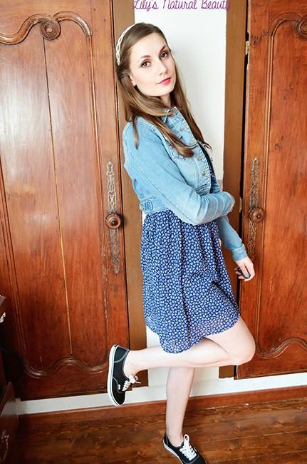 d15e70cb779 Une robe bleue fleurie pour le printemps.