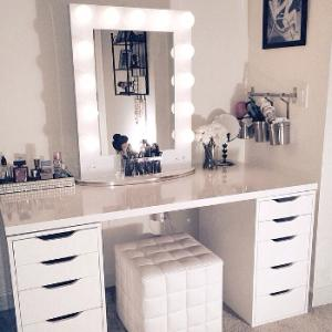 id es d une beauty addict n 1 comment choisir votre coiffeuse beaut si vous tes une beauty. Black Bedroom Furniture Sets. Home Design Ideas