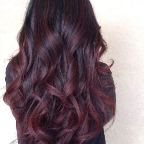Couleur bordeaux sur cheveux