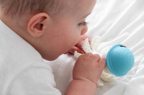 Instant de maman #12: la pieuvre de dentition BabyToLove