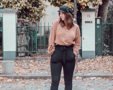 Pull à nœuds et casquette gavroche dans les rues de Montmartre