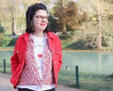 Chemise à fleurs et veste en jean rouge